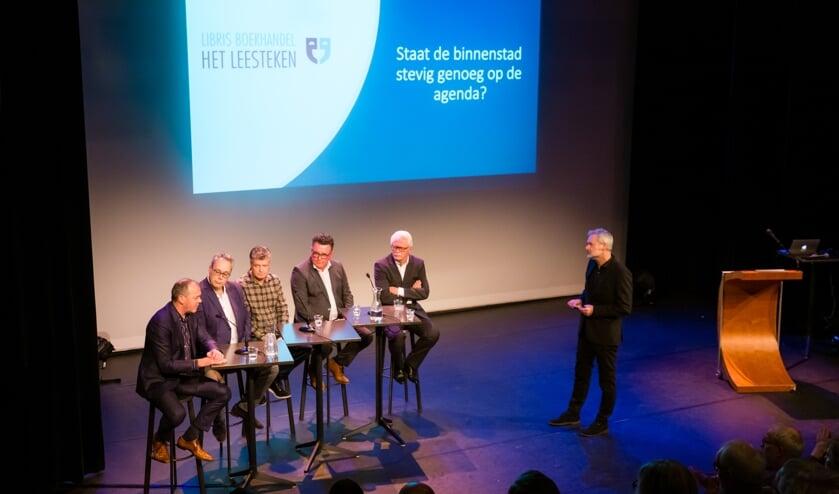 Het forum in discussie met het publiek. Vlnr: Marcel Evers INretail), René de Visser (Rabobank), Richard Gort (voorzitter PCO), Mario Hegger (wethouder Economische Zaken Purmerend), Wouter van Waardt, moderator Henk Schulte.
