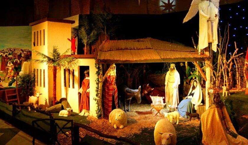 De kerststal beslaat de hele rechterkant van de kerk en is manshoog.