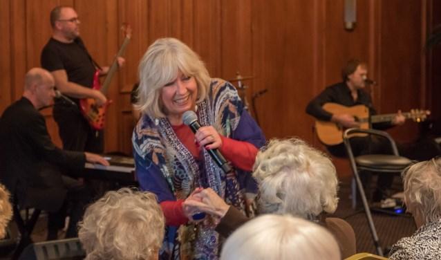 Willeke zingt Waardse senioren toe.