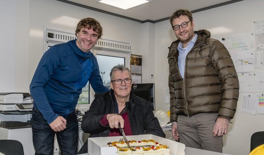 Na afloop mocht Hans de taart aansnijden.