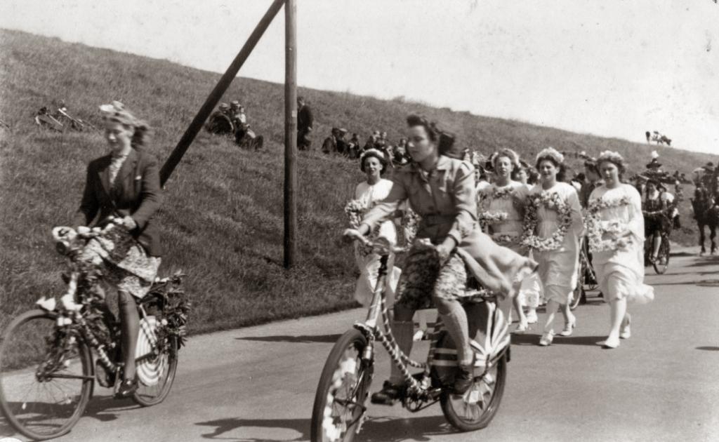 De bevrijdingsoptocht in Wervershoof. (Foto: archief Oud Onderdijk) © rodi