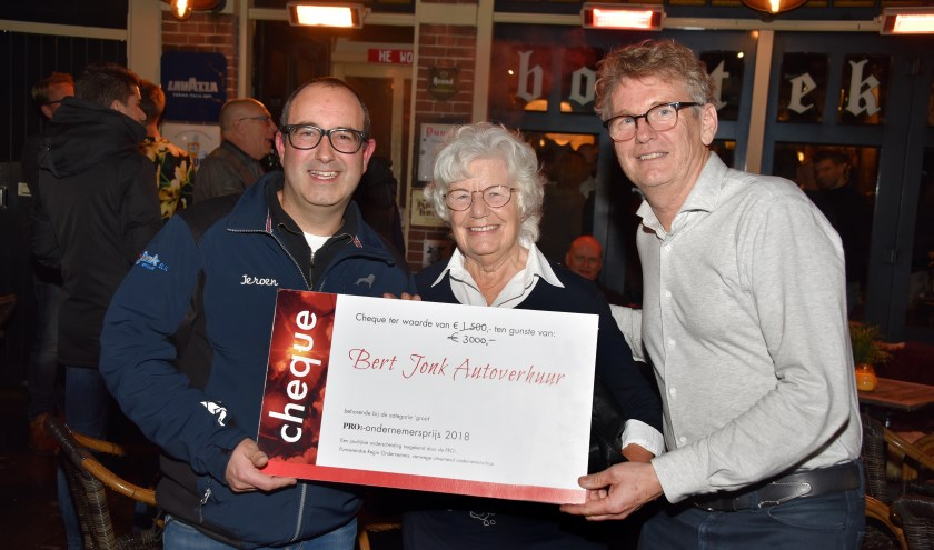 Maria Deen temidden van Jeroen Jonk van Bert Jonk Autoverhuur (links) en Gerard Mesman van De Zorgcirkel.