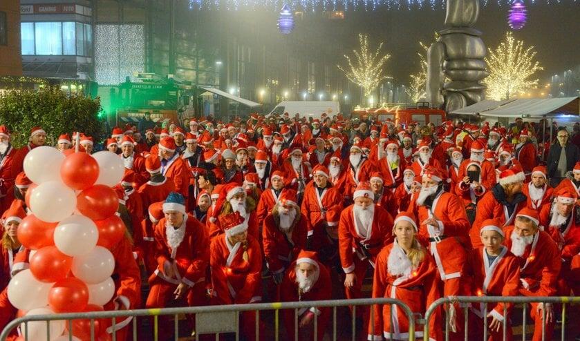 De kerstmannen staan klaar voor de start.