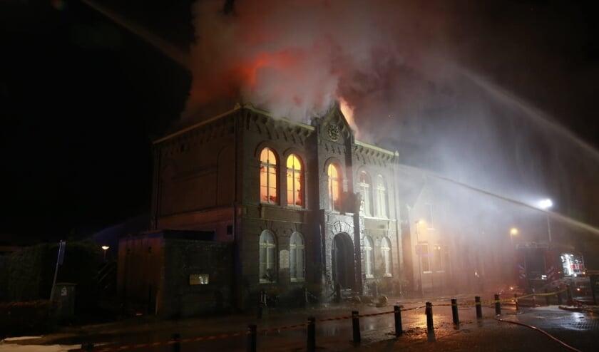 Rijksmonument staat in brand.