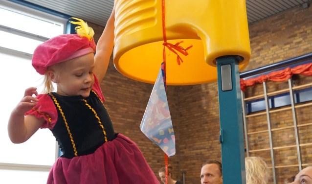 Peuters en kleuters helpen Sinterklaas bij gymnastiekvereniging Lycurgus-Hygiëa.