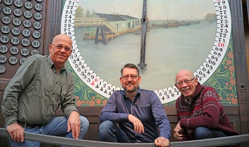 Theo de Graaf, Willem Poortvliet en Harry van Steden in het afmijnlokaal, waar een belangrijk deel van de voorstelling wordt gebracht.