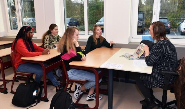 Redacteur Annemieke Ooms van West-Friesland op Zondag in gesprek met 4vwo-leerlingen.