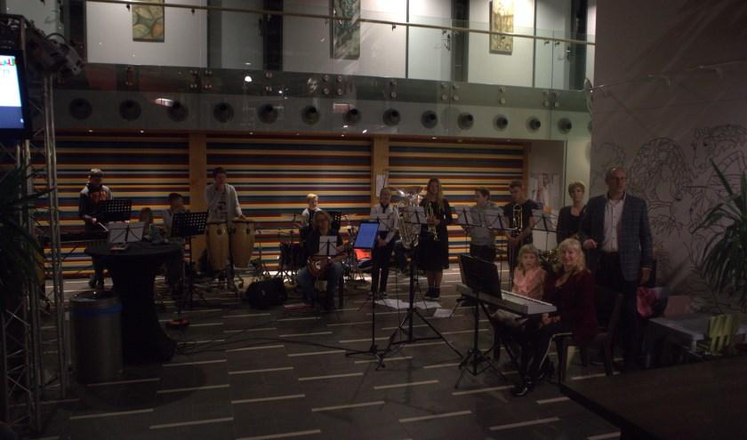 De muzikanten lieten zich door het alarm niet van de wijs brengen.