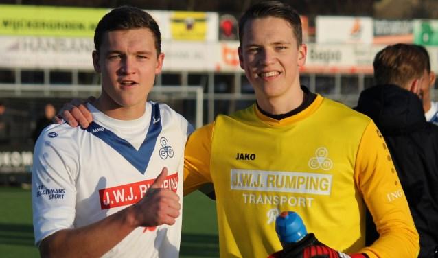 De broers Swen (rechts) en Twan Verswijveren zijn blij na de winst op Jong ADO Den Haag.
