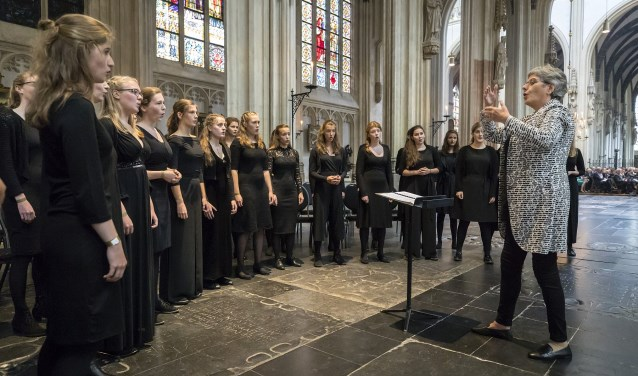 Het Nationaal Dames Jeugd Koor zingt regelmatig in professionele series.