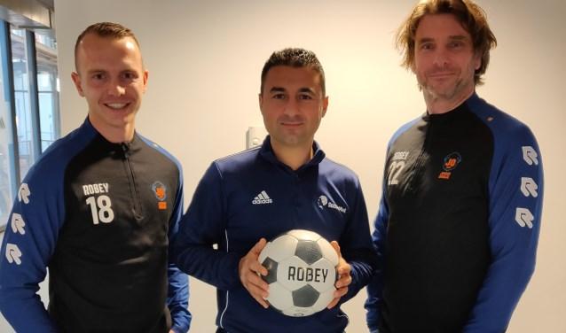 Cengiz Caglar van SoccerMind tussen Rick van de Kraats (links) en Ed Kuijper van Jonger Oranje in.