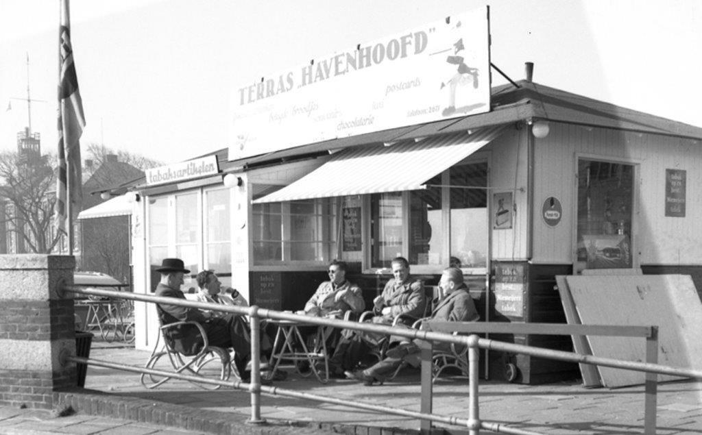 Terras Havenhoofd 1956. Staat in fotoboek Den Helder 1956. (Foto: aangeleverd) © rodi