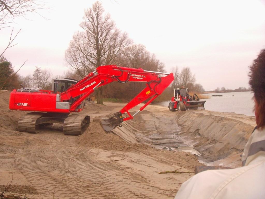 Met shovels wordt een diepte van 1.70 afgegraven voor de traditionele duik. (Foto: aageleverd) © rodi