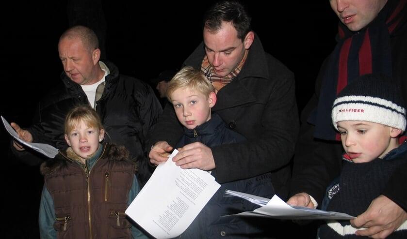 Het is een echte traditie; samen zingen bij de Grote kerk in Monnickendam op kerstochtend.