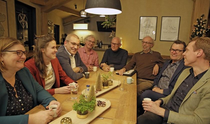 Wethouders Nils Langedijk (rechts) en John Does (tweede va rechts) gingen donderdag aan tafel met een aantal Pancrassers.