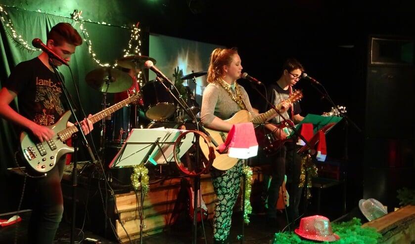 Jonge talenten treden op tijdens de PoPKaravaan Christmas Editionin Everland.