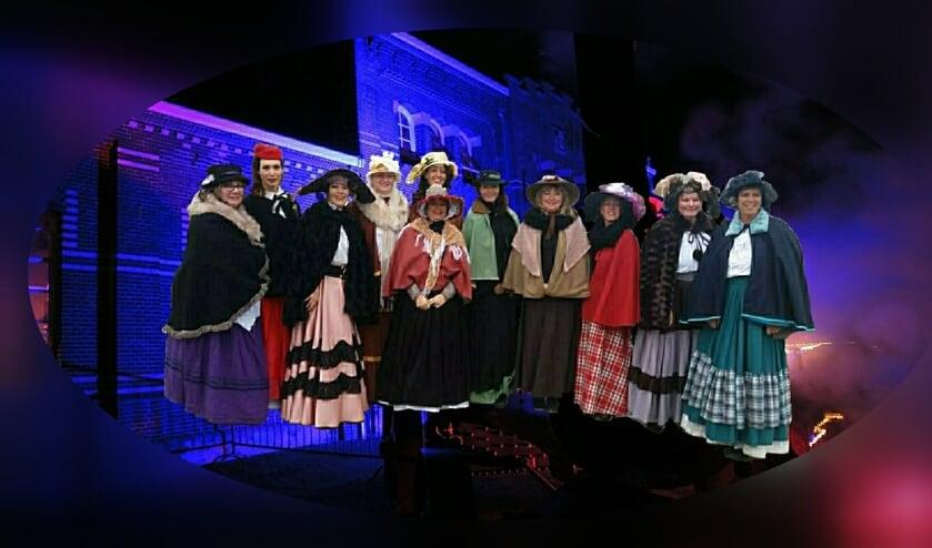 De vrijwilligers van het Stoommachinemuseum zijn verkleed in Dickensstijl.