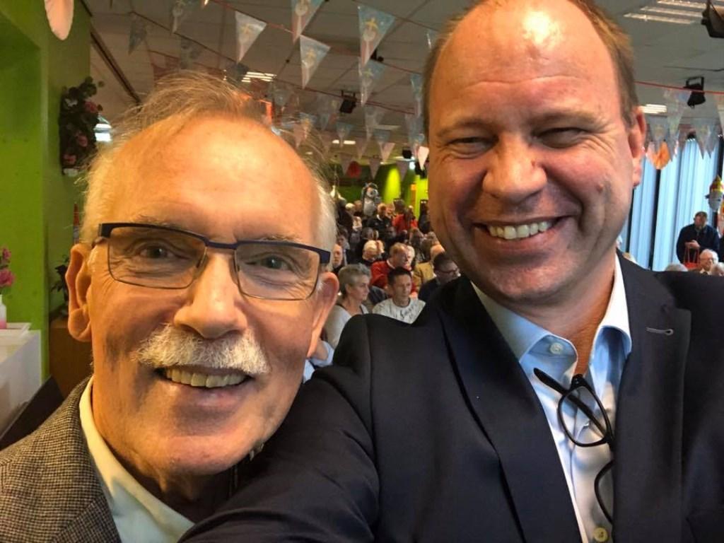 Een selfie van wethouder Bram Diepstraten (rechts) met publicist Wim Spruit in De Stek. (Foto: Aangeleverd) © rodi