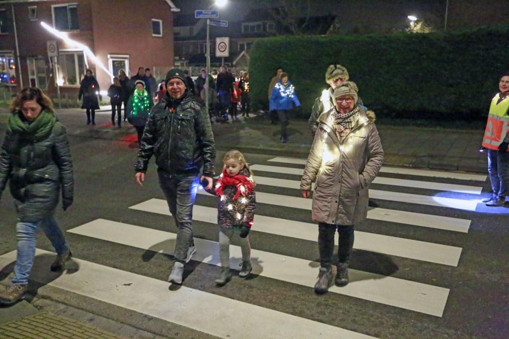 Met de hele familie 's avonds de straat op. (Foto: Theo Annes) © rodi