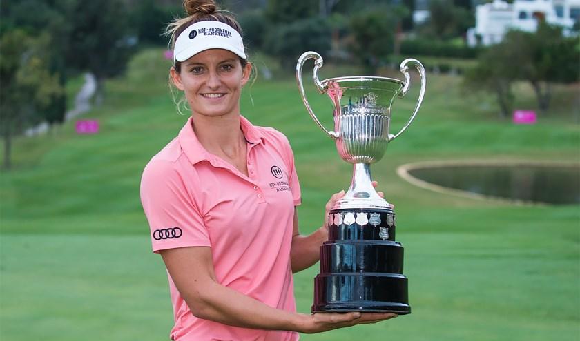 Anne van Dam met de trofee van het Spaans Open. ,,Ik had niet verwacht rechtstreeks te winnen, maar dat is ook golf.'' (Foto's Ladies European Tour)