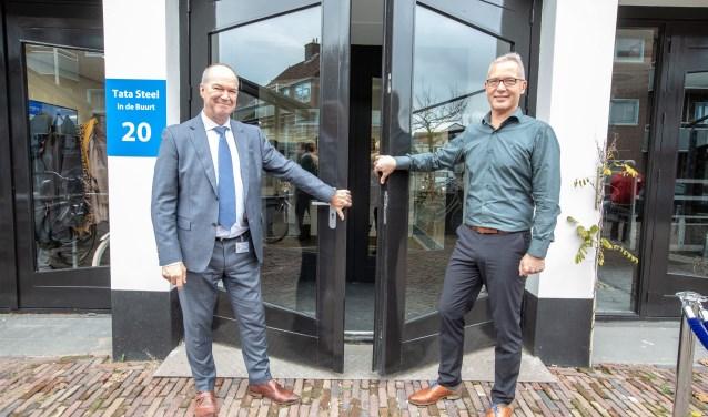 De opening van 'Tata Steel in de Buurt' door Hans van den Berg (links) en Bram Nugteren.