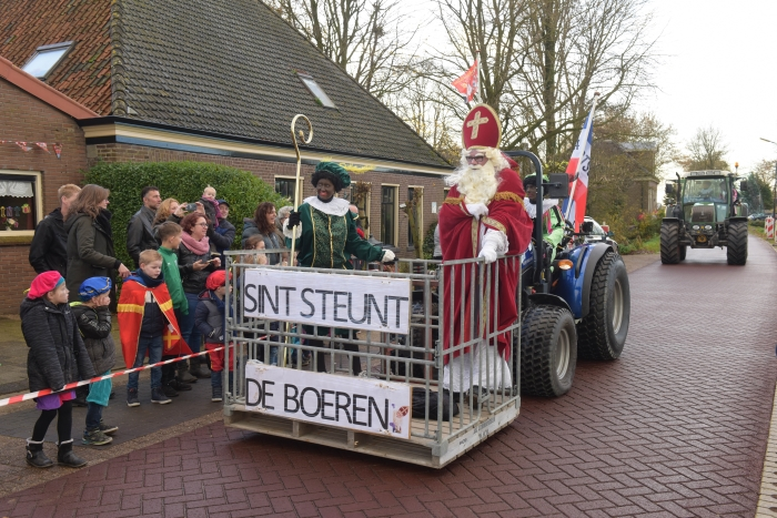 Sinterklaas en zijn pieten kwamen met de trekker naar Veenhuizen.