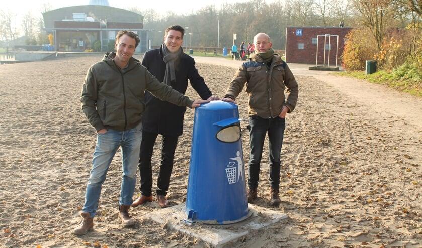 Antoon Vreeker van Vreeker BV en Karel Schoenaker en Piet Copier van het Recreatieschap zijn blij met de afvalcontainers in Het Streekbos.