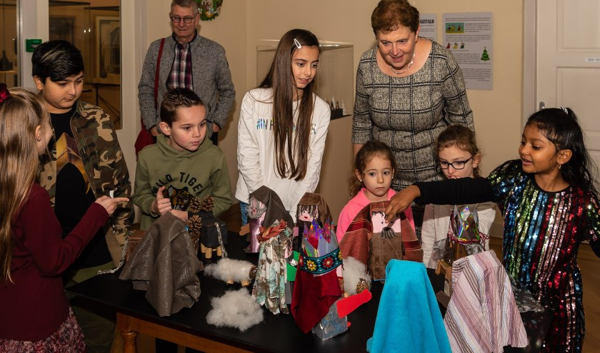 Kinderen van Het Baken waren bij de opening van de tentoonstelling aanwezig en hielpen mee. Ze deden ook de kerstverlichting aan.