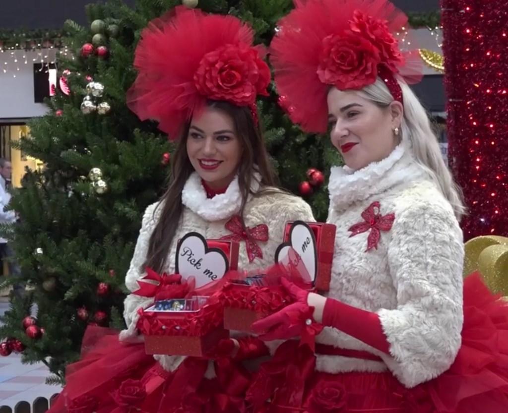 Deze dames deelde heerlijke cadeautjes uit.  © rodi