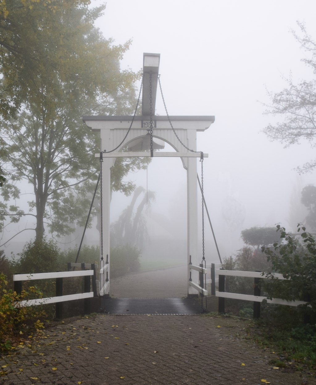 Het bruggetje bij Tennisvereniging Santana in de mist. (Foto: Gerard Eilander) © rodi
