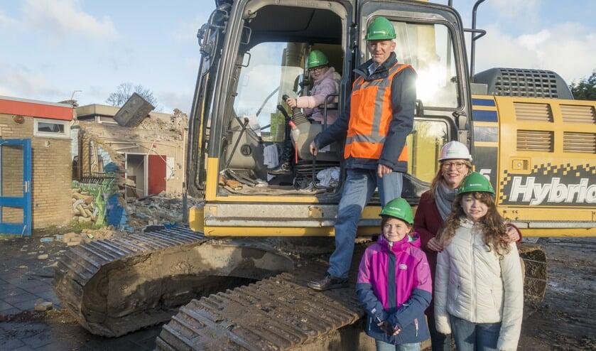 Wethouder Jelle Brouwer en Margriet Speklé, directeur kindcentra Uitgeest van Tabijn, gaven maandagochtend het startsein voor de sloop van de voormalige Paltrokschool.