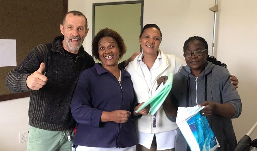 Wil Groot en de dankbare verpleegsters in Afrika.
