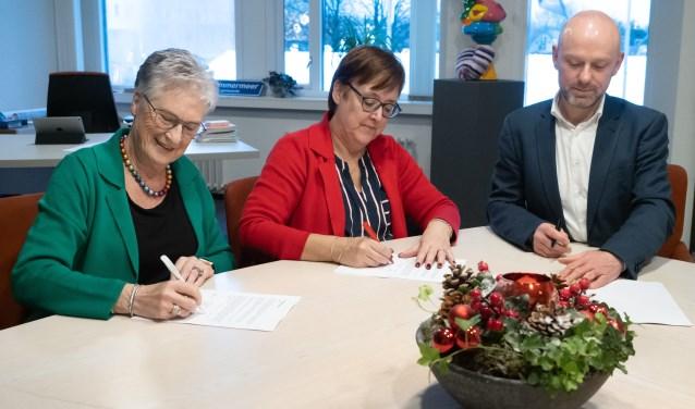 Bea van Doorn (groen jasje) van Alert, wethouder Mieke Booij (rood jasje) en Danny Wijnbelt van Woningcorporatie Eigen Haard.