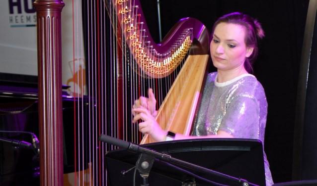 Emilie op de harp.
