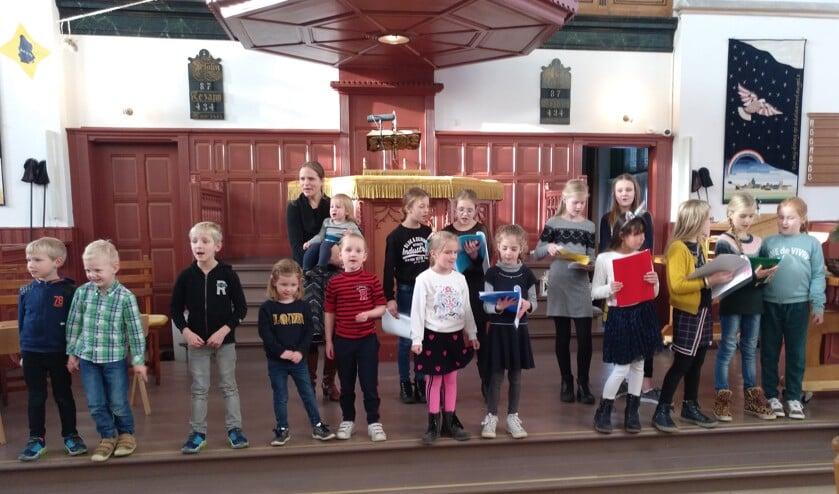 Kinderen zingen kerstliederen in de Grote Kerk.