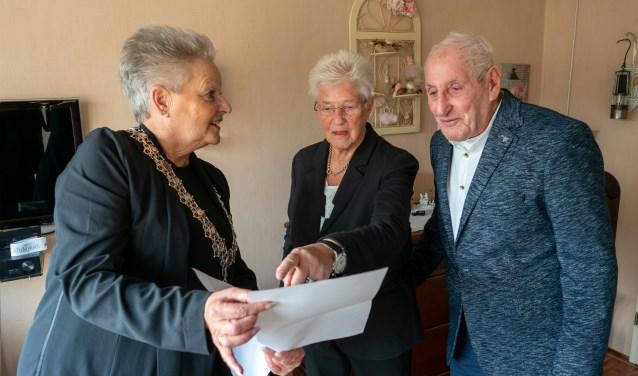 Wethouder Elly Konijn-Vermaas feliciteerde donderdag 5 december het briljanten bruidspaar Slier-Van Bezooijen.