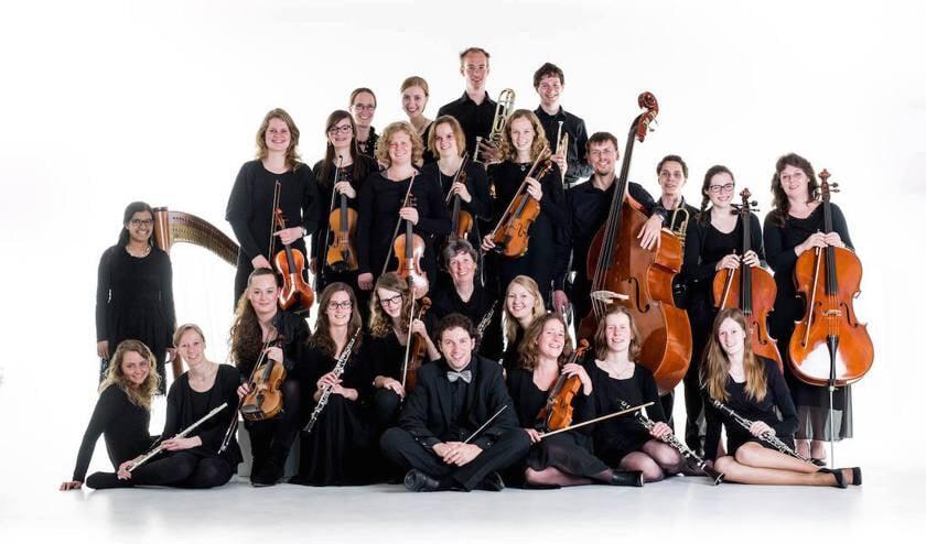 Het ensemble Con Passione uit Veenendaal met in het midden dirigent Jan Hendrik van Schothorst.