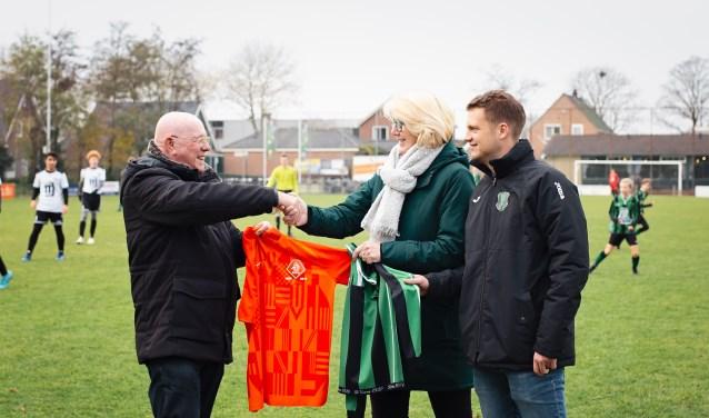 Karin Oudejans en Jelle van Hamersveld ruilen van shirt met Gerard Aafjes van de KNVB.  (Foto: aangeleverd) © rodi