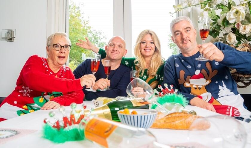 Het ensemble is al helemaal in kerststemming. Van links naar rechts: Hilda Raasing, Tom Hage, Andrea Vos en Yan Bijpost.