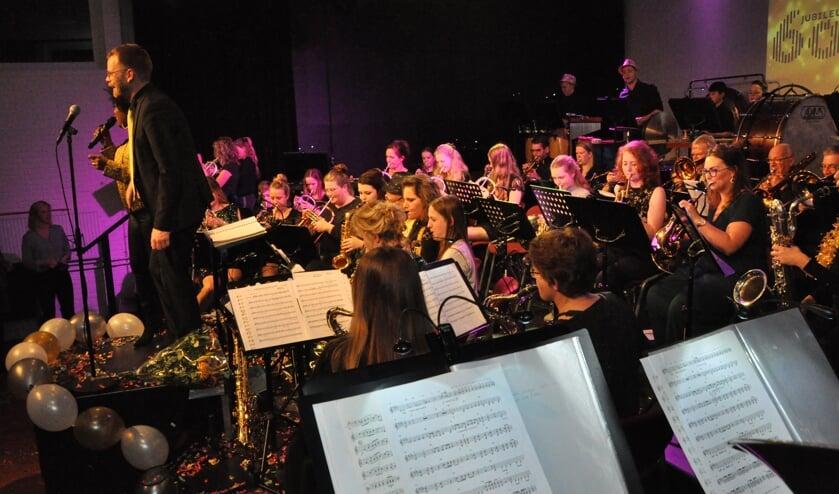 Orkest bij start bij openingsconcert jubileumjaar.