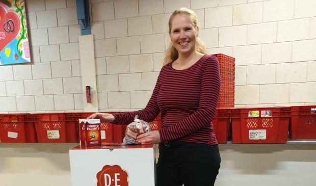 """""""We hopen dat zoveel mogelijk mensen hun gespaarde DE-waardepunten uit de keukenlade halen en deze aan ons schenken"""", zegt Linda Strijbis, voorzitter van Voedselbank Langedijk."""