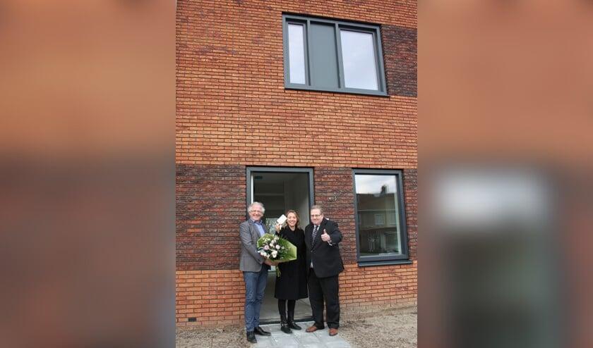 Wethouder Paul Slettenhaar en Dick Tromp, directeur-bestuurder van Kennemer Wonen heten mevrouw Van Diepen van harte welkom.