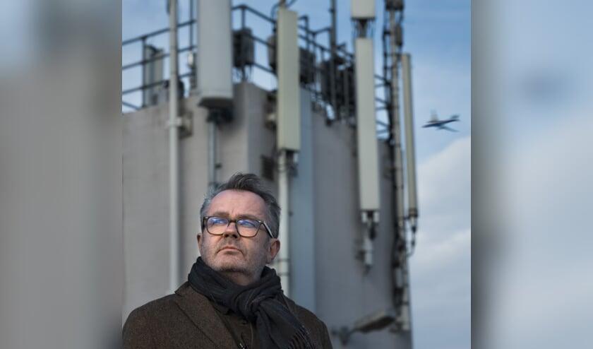 Cabaretier en acteur George van Houts bespreekt complottheorieën.