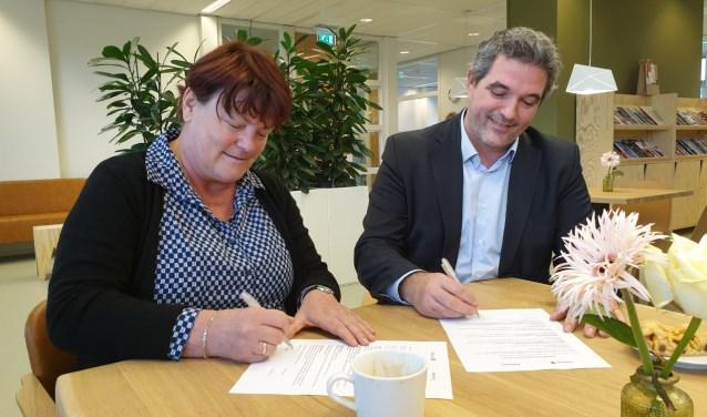 Managers Minouche Rodgers (Heliomare) en Arne Theunissen (Odion) tekenen het samenwerkingsconvenant.