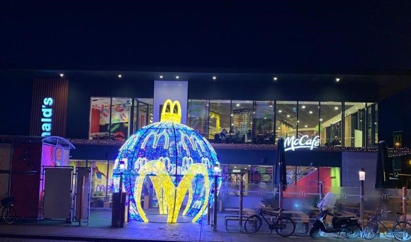 Grootste kerstbal bij McDonald's aan de westelijke kant.
