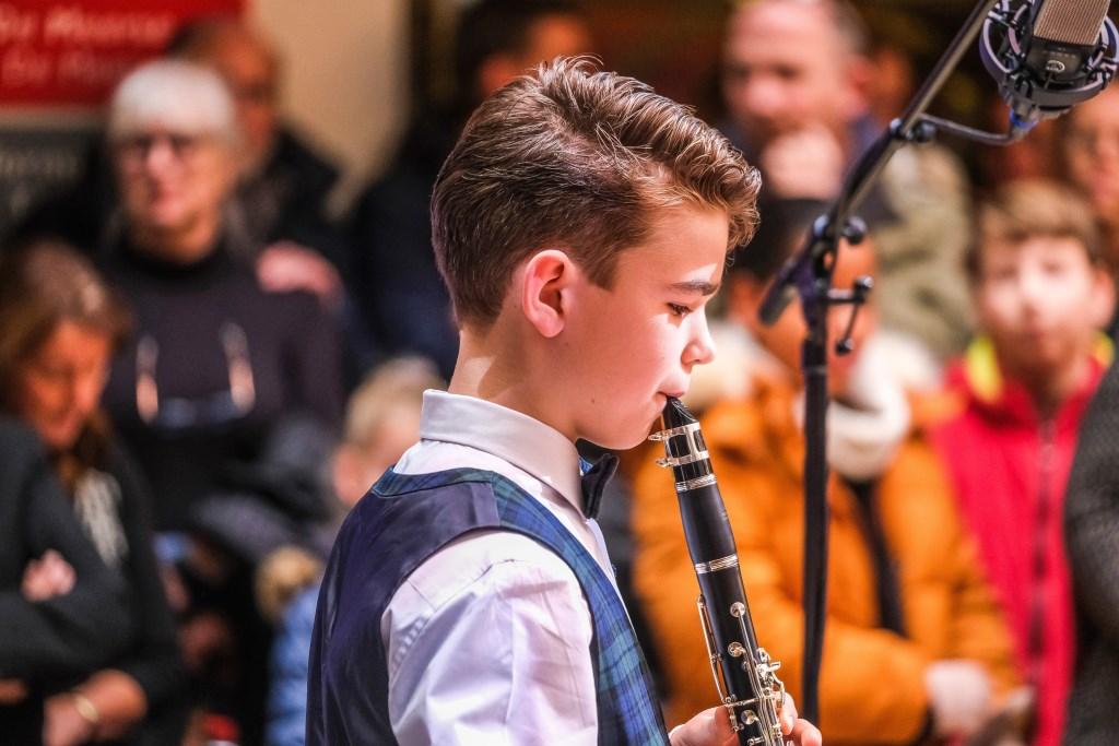 Een jonge klarinettist verzorgt een optreden.  Blue-Sky Fotografie © rodi