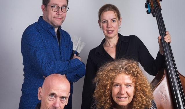 Kleinkunstgroep Gloed geeft een concert in theaterzaal Geesterhage in Castricum.