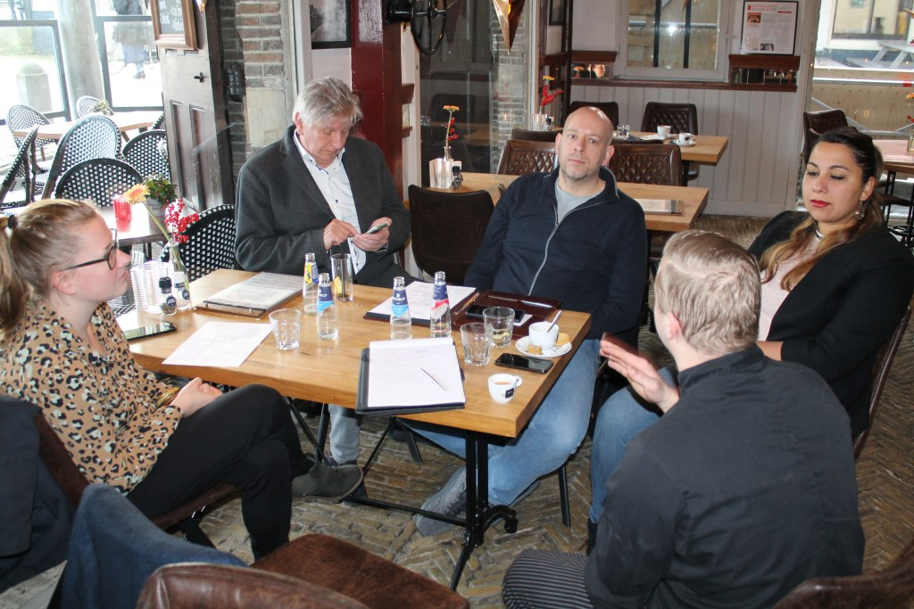 De jury bespreekt diverse criteria met de deelnemers aan de verkiezing. Zoals hier bij De Waegh in Monnickendam.   © rodi