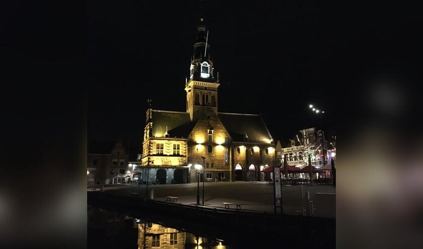 Wandelen door het fraai verlichte centrum van Alkmaar.