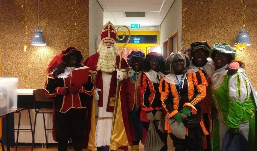 Sinterklaas met zijn pieten op basisschool 't Venne.